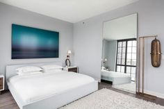 schlafzimmer design weißes bett grauweiße wandfarbe