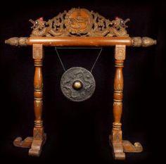 Gong sur portique indonesie mi XXeme siecle