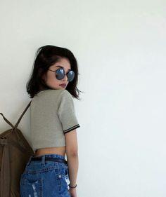 Óculos, mochila, encostada na parede