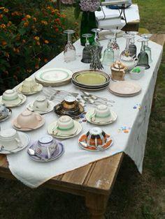 Nuestra mesa para el te. Variedad de loza inglesa y japonesa. Copas artesanales en vidrio soplado mexicano, cubiertos de plata mesa de pino tea antigua. No lo dudes más pasa por nuestra casa y prepara tu casa para este verano.
