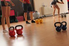 """PKBF Il training funzionale predispone il corpo a svolgere più efficacemente le attività quotidiane o atletiche grazie a esercizi che integrano alla forza e resistenza muscolare, la provocazione della capacità di risposta del corpo agli stimoli esterni utilizzando attrezzi che sollecitano l'equilibrio e le capacità coordinative. L' attrezzo principe di questa attività è il kettlebell, la ormai famosa """"palla di ferro con maniglia"""" che ha rivoluzionato l'allenamento moderno."""