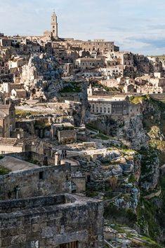 Matera er en av Italias aller mest særegne byer. Helt fram til 50-tallet bodde folk her i huler. Nå har hulene blitt til boutiquehoteller, restauranter og butikker. Og byen har blitt verdensarvsted. Paris Skyline, Travel, Europe, Italia, Cold, Viajes, Destinations, Traveling, Trips