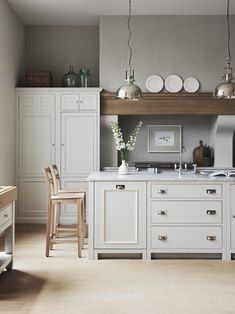 Home staging: 10 cheap tips to revamp your kitchen - My Romodel Blue Kitchen Cabinets, Built In Cabinets, Kitchen Counters, Kitchen Island, New Kitchen, Kitchen Dining, Kitchen Decor, Kitchen Ideas, Cosy Kitchen