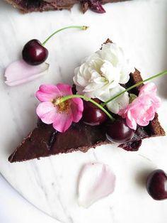 Čokoládový koláč s třešněmi Panna Cotta, Pudding, Ethnic Recipes, Desserts, Food, Tailgate Desserts, Dulce De Leche, Deserts, Eten