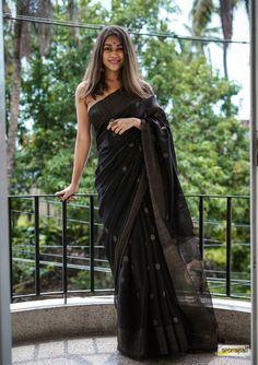 Dress Indian Style, Indian Fashion Dresses, Indian Designer Outfits, Indian Outfits, Trendy Sarees, Stylish Sarees, Cotton Saree Designs, Saree Blouse Designs, Saree Poses