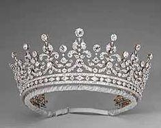 """La tiara delle """"Girls of Great Britain and Ireland"""" è il dono di nozze delle signore inglesi alla futura regina Mary. Realizzata da Garrard nel 1893, in origine aveva sulle punte di ognuno dei nove festoni in diamanti, altrettante perle a forma di pera. Intorno al 1920 la regina Mary ha fatto togliere il cerchietto alla base, che usa come semplice bandeau di diamanti, e sostituisce le perle con grossi diamanti."""