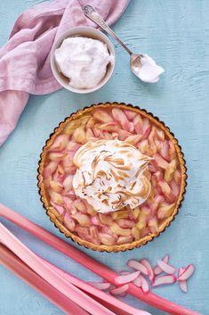 Søtt, syrlig, sprøtt og fløyelsmykt. Rabarbraterte med marengs er smaken av sommer og vil garantert gi deg og gjestene dine en finfin matopplevelse. Camembert Cheese, Dairy, Pie, Baking, Desserts, Food, Pinkie Pie, Bread Making, Tailgate Desserts