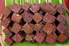Grilled dried pig or chicken blood is sliced into small little cubes. It is then skewered and dipped with vinegar and onions sauce. The cubes are identical to the shape of a Betamax tape (a type of cassette), hence the name.