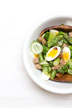 Delicious spring bread salad with asparagus, bacon and egg Asparagus Bacon, Asparagus Salad, Egg Salad, Cobb Salad, Bread Salad, Spring Recipes, Lunch Recipes, Easy Meals, Healthy