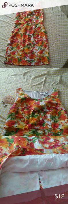 Forever 21 floral dress size M Very cut and perfect condition. Shell: 98% cotton, 2% spandex/elastane. Linung: 100% polyester. Forever 21 Dresses