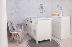 Você já pensou em ter um berço para acompanhar os primeiros anos do seu bebê que, depois, se transforma em uma cama infantil para a sua criança? Esta é a proposta do Berço e Cama Infantil Pinguinho! Funcionando como a peça perfeita para o quarto de bebê, esse berço em MDF possui quatro níveis de regulagem de altura do colchão.