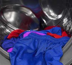 Utilisez le vinaigre blanc pour enlever mauvaises odeurs des vêtements de sport Laundry Room, Gym Shorts Womens, Sports, Eh Bien, Ajouter, Guide, Deco, Homemade Drain Cleaner, Cleanser