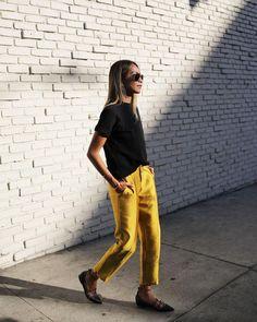 Como usar amarelo em diversos looks: guia completo. Blusa t-shirt preta, calça de alfaiataria amarela, sapatilha preta estilo bailarina