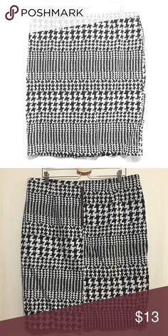 "Worthington Houndstooth Skirt Worthington houndstooth pencil skirt, sz 18. Zips up the back, has 7"" back slit. A bit of stretch but not in waist. EUC, no visible flaws. Waist: 19"", Length: 25"". Worthington Skirts Pencil"