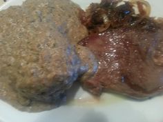 Brunch dominical: solomillo con cebolla caramelizada acompañado de patata asada rellena con huevo crudo y cubierta con salsa de setas