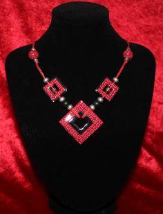 """collier fimo """"pseudo-tribal"""" rouge et noir"""