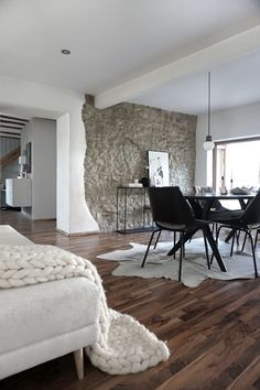 Esszimmer im puristischen Wohnstil: auf die nötigsten Möbel ...