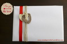 Idea en crochet para envolver regalo San Valentín/wrapping Tutorial en www.mondayscrochet.wordpress.com You And I, Straw Bag, Place Cards, Place Card Holders, My Love, Day, Crafts, Wordpress, Wrap Gifts