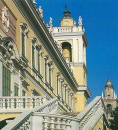 Colorno, lo scalone monumentale che conduce al giardino all'italiana