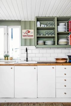 Old school kolonihave - Boligliv - ALT.dk Wall Storage Shelves, Shelves In Bedroom, Kitchen Dining, Kitchen Decor, Kitchen Cabinets, Decorating A New Home, Home Decor, Rustic Wood Walls, Plantation Homes