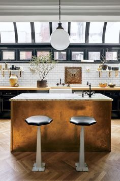 This kitchen ideaa is Marvelous! Amazing how it incorporates so many elements. ♥ Discover the news about home architecture all over the world! | #homearchitecture #architecture #homedesign #modernhouses  #newhouses #classichouses #kitchenideas #kitchendesgin #newkitchen