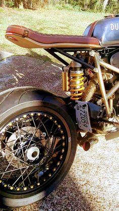 Ducati 996 Cafe Racer love that skateboard seat Ducati Cafe Racer, Cafe Racer Motorcycle, Motorcycle Design, Bike Design, Ducati 996, Street Tracker, Cafe Racer Sitz, Dominator Scrambler, Cb750