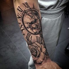 Pin by thai tran on clock tattoo men tatuagem, tatuagem reli Clock Tattoo Sleeve, Half Sleeve Tattoos For Guys, Cool Tattoos For Guys, Tattoo Sleeve Designs, Tattoo Designs Men, Tattoo Clock, Rose Arm Tattoos For Guys, Tattoo For Man, Pretty Tattoos