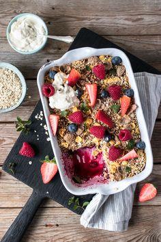 glutenfreies und veganes Baked Oatmeal ohne raffinierten Zucker und Nüsse! Gesundes gebackenes Oatmeal Rezept von freiknuspern.