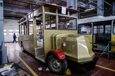 Her biri 22 kişilik oturma yerine sahip Renultların toplam yolcu kapasitesi 28 kişiydi. Arkaları açık sahanlıklı olarak dizayn edilen arabalardan üçü 21 Ekim 1927 sabahından itibaren 5 kuruşluk bilet ücreti karşılığında Beyazıt Meydanı-Bakırcılar-Fuatpaşa-Mercan-Fincancılar-Sultanhamam-Eminönü Eski Postane hatlarında yer aldı. Dışı sac, içi ise ahşap kaplama şeklinde düzenlenen otobüsler, burunlu şekilde dizayn edilmiş olup motorları öndeydi. 1931 yılından itibaren ...