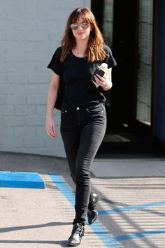 dakota johnson look black t-shirt pants