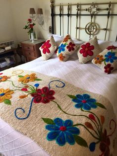 [New] The Best Home Decor (with Pictures) These are the 10 best home decor today. According to home decor experts, the 10 all-time best home decor. Hand Embroidery Designs, Embroidery Stitches, Embroidery Patterns, Floral Bedspread, Mexican Embroidery, Rug Hooking, Bed Covers, Bed Spreads, Decor Interior Design