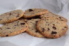 Julens sprødeste og bedste småkage. Hvis du gerne vil bage nogle andre julesmåkager end den klassiske vaniljekranse og brunkage, så er den her nemme småkage perfekt. Fyldt med chokolade og appelsin…