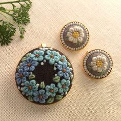 ご覧いただきましてありがとうございます。こちらはご注文品です。他の方のご購入はご遠慮下さい。❤︎ローマンカモミールのミニブローチグレーの土台、アイボリーのビーズで囲みました。サイズは直径2.0cm、金色のフレームです。❤︎少し渋めの忘れな草のブローチ土台... Hand Work Embroidery, Embroidery Jewelry, Embroidery Patches, Hand Embroidery Designs, Embroidery Applique, Beaded Embroidery, Cross Stitch Embroidery, Embroidery Patterns, Wool Applique