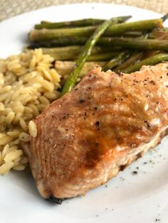 This Garlic Brown Sugar Salmon and Asparagus on Meal Planning Mommies is over the top delicious! Just 3 WW FreeStyle Smart Points per serving. Weight Watchers Salmon, Weight Watchers Meal Plans, Ww Recipes, Seafood Recipes, Dinner Recipes, Dinner Ideas, Healthy Recipes, Recipies, Salmon And Asparagus