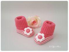 Chaussons bébé tricotés main au points mousse se qui donne une extensibilité au chaussons .  Dans une laine de qualité  douce et chaude de couleur  rose oeillet  . Une jolie - 19125417