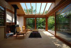 20年程前に設計させていただいた家のキッチンをリフォームし、 新たにサンルームをつくりました。 サンルームは庭に半島のように突き出してつくっていますが... Wooden Architecture, Interior Architecture, Interior And Exterior, Style At Home, Condo Design, House Design, Modern Wooden House, Wooden Hut, Thai House