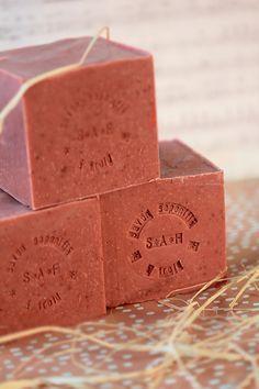 Savon à l'argile rose French Milled Soap, French Soap, Diy Savon, Savon Soap, Rose Soap, Bath Soap, Soap Packaging, Cold Process Soap, Soap Recipes