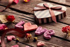 Wir wollen Ihnen ein paar tolle Ideen präsentieren und praktische Tipps geben,wie Sie Ihren romantischen DIY Valentinstag vorbereiten können.Verliebte Paare