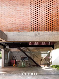 ชื่อคุ้นหูรูปร่างคุ้นตาเพราะอยู่คู่บ้านในเมืองไทยมาเนิ่นนาน ด้วยฟังก์ชั่นที่เป็นส่วนหนึ่งในการช่วยทำบ้านให้เย็น ช่องลม จึงเป็นองค์ประกอบของบ้าน Brick Architecture, Architecture Details, Interior Architecture, Brick Design, Facade Design, House Design, Brick In The Wall, Brick Wall, Modern Villa Design