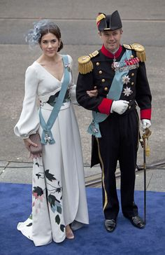 Royal Outfits of Crown Princess Mary of Denmark-Mary and Frederik attended the inauguration of King Willem Alexander and Queen Maxim today in Nieuwe Kerk in Amsterdam. Mary wore a new white silk dress from Charlotte Lynggaard. Crown Princess Mary, Prince And Princess, Denmark Royal Family, Danish Royal Family, Hollywood Fashion, Royal Fashion, Queen Mary, King Queen, Investiture Ceremony