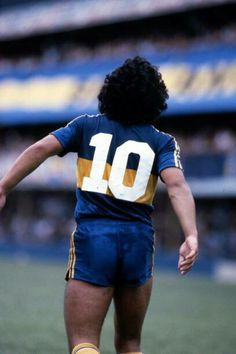Maradona... un símbolo, su figura con el 10 en la camiseta! Argentina Team, Argentina Football, Neymar Football, Football Shirts, World Football, Soccer World, Salah Liverpool, Diego Armando, Legends Football