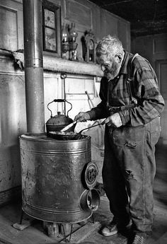 lLghting the fFre.PRESS RELEASE: The Photography of John Miller, Peter Miller, and Richard Brown at Vermont Folklife Center in Middlebury Vintage Pictures, Old Pictures, Old Photos, Old Images, Bisous Gif, Old Stove, Vintage Stoves, Mountain Man, The Good Old Days