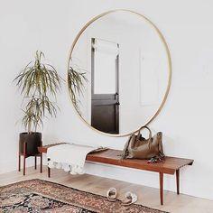 Si queréis darle a un espacio un efecto espectacular colocad un espejo redondo de tamaño XL. Hoy en el blog tenéis un montón de ideas  [link en la bio]
