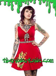 Vestido marinero rojo con tirantes y cintura a rayas, escote en pico con lazo, falda con ligero vuelo y motivo de tatuaje con daga. Materiales: 60% algodón, 40% rayon. Marca: Sourpuss.  COLOR: ROJO TALLAS: S, M, L  S - 82 cm pecho (ES talla 36, MEX talla 26, UK talla 8) M - 88 cm pecho (ES talla 38, MEX talla 28, UK talla 10) L - 94 cm pecho (ES talla 40, MEX talla 30, UK talla 12)  DE LA MISMA COLECCIÓN