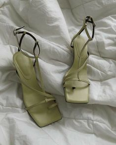 grafika odkryte przez MICKEY. Odkrywaj (i zapisuj!) swoje własne obrazy i filmy z We Heart It Fancy Shoes, Pretty Shoes, Cute Shoes, Dr Shoes, Me Too Shoes, Shoes Heels, Mint Green Aesthetic, Aesthetic Light, Mode Punk