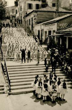 Σκηνή από τους εορτασμούς της εκατονταετηρίδας της ανεξαρτησίας της Ελλάδας, στην Πάτρα. - PUAUX, René -  1932