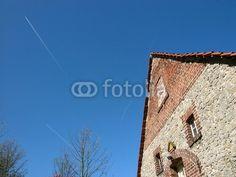Flugverkehr über dem ländlichen Helpup bei Oerlinghausen in Ostwestfalen-Lippe am Teutoburger Wald