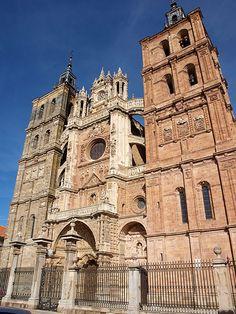 Fachada de la catedral de Astorga Foto: David Perez. Puedes conocer más sobre esta #Catedral en http://destinocastillayleon.es/index/12-catedrales-por-conocer-en-castilla-y-leon/