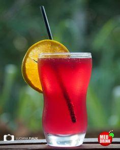 Lagoa Vermelha / Ingredientes: - 1 dose de Suco de Limão; - 1/2 dose de Vodka     1/4 de dose de Curaçao Red; - 1 lata de Soda Limonada (até completar o copo); - Gelo / Como fazer: - Bata em uma coqueteleira o suco de limão, a vodka e o Curaçao Red. - Ponha tudo em um copo de long drink (Highball ou Hurricane Glass). - Adicione o gelo e complete o copo com a soda.