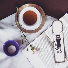Jak Wam mija poniedziałek? Macie ochotę na konkurs? :) Gdy licznik przebije 800 obserwujących to może coś zorganizuję :) #filiżanka #herbata #książka #książki #book #books #bookgeek #booklover #bookaholic #kwiaty #świeca #świeczka #bookporn #artystycznie #zakładka #zakładkazkotem #ktośmatalent